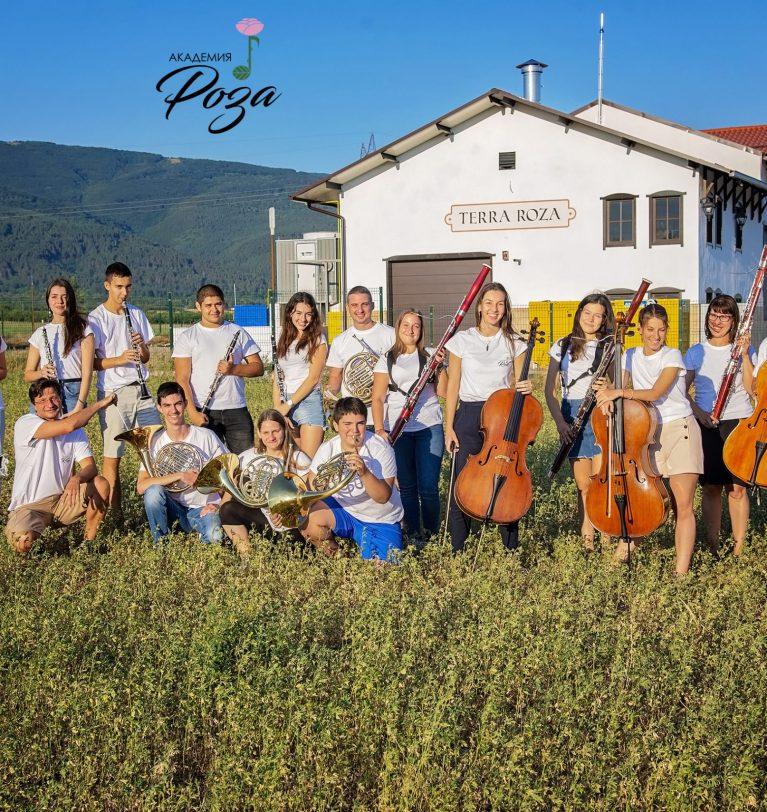 Академия Роза'21 завърши много успешно с концерт в двора на Тракийска гробница, град Казналък